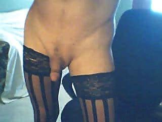 優雅的人妖黑色絲襪抽煙和cums為你