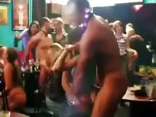 尷尬的女孩由男脫衣舞孃剝離