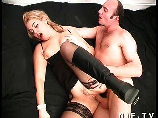 絲襪的法國金發女郎得到深肛門上了