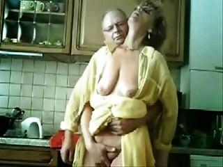 se媽咪和爸爸獲得樂趣在廚房裡。被盜視頻