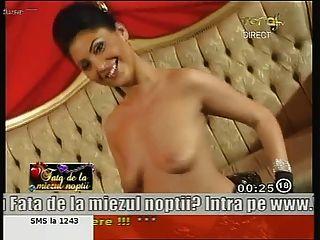 驚人的羅馬尼亞女孩安妮跳舞裸體在電視上!