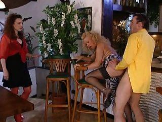 兩個婦女有一個粗毛在酒吧