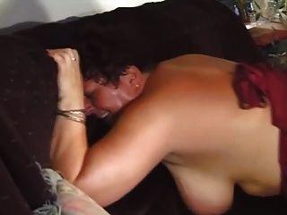 英國螺柱奧馬爾他媽的在沙發上的bbw