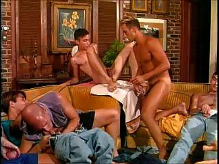 熱和掛:一個房間裡的九個男人意味著熱的性