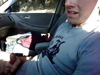 狂飆在汽車和卸載在T卹杉