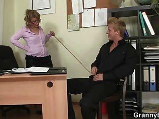 辦公室夫人給頭和得到性交