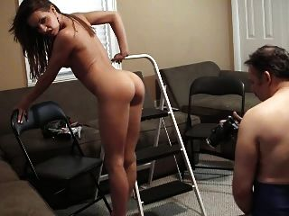 vanessa炫耀她的熱的身體和腳