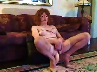 成熟的cd在她的屁股一個巨大的假陽具