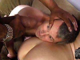 白色妻子性交和creampied由bbc在戴綠帽前面