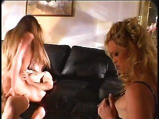 性感的母狗得到她的陰部他媽的同時被女孩看著