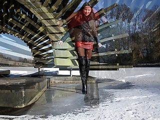 完全皮革:在高跟鞋靴子的冰上行走