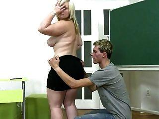 年輕的男孩他媽的胖胖的女孩在地毯上