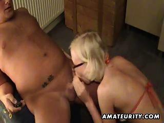 金發碧眼的業餘女朋友玩具他的屁股,給頭