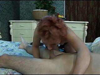 那個年輕的男孩打破了成熟女人的屁股。
