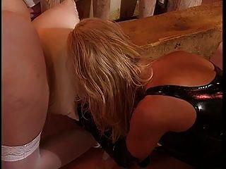 大山雀,皮革女同性戀女主人享受與她的奴隸