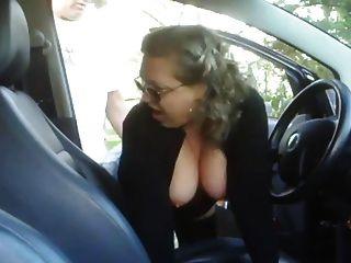 成熟的女人他媽的在他的車裡的一個男孩