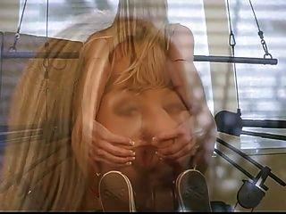 性感的白膚金發的蕩婦條在健身房,當做她的鍛煉時