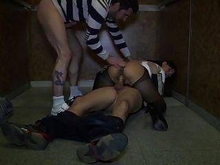 亞洲妻子gangbanged在電梯裡