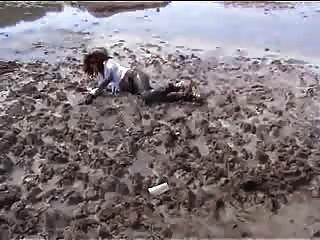 marjorie ist變濕和泥濘在室外的海洋
