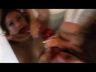 兩個瘋狂的女孩在浴室裡玩得開心