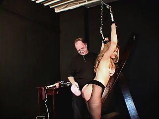 在一件黑禮服和尼龍的小山雀hottie束縛和戲弄