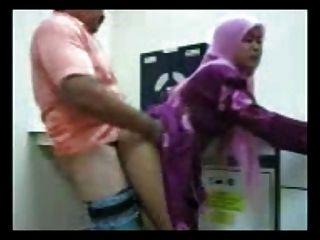 印度尼西亞大屁股蕩婦得到在阿拉伯