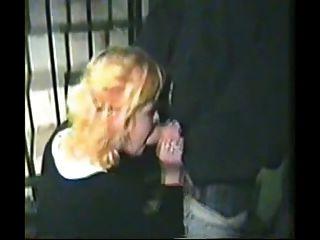 狂歡節蕩婦給在街道上的頭