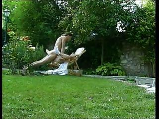 成熟的女人在花園裡