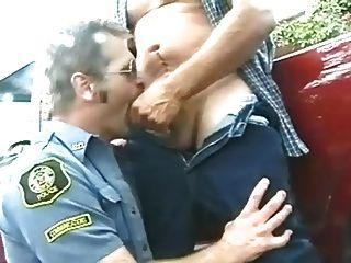 男人在製服牛仔和警察