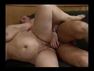 兩個角質肥胖奶奶與一個男人