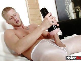 大衛手淫在尼龍,直到他cums在他的連褲襪