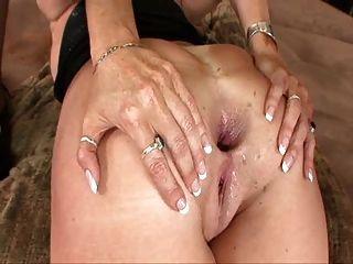 darla傳播她舊的過熟的屁股,得到肛門擰
