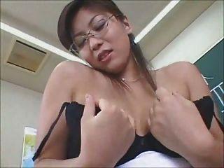 性感的日本老師結束與內褲暨射擊