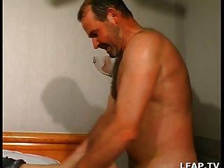 成熟baisee et sodomisee par deux hommes