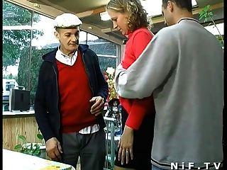 法國金發女郎他媽的在與papy偷窺的三人行