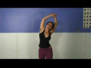 有長毛的腋窩的瑜伽女孩