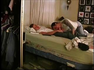 兩個男人在睡覺前做什麼