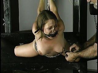 奴隸得到繩索在被夾緊的手腕乳頭和在她的嘴的球堵嘴