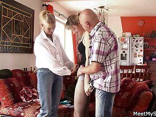 她與他的老父親有三人行