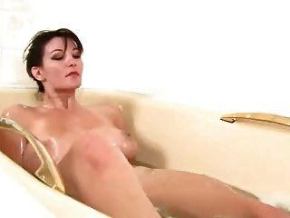 有非常長毛的unt使用在浴室的美麗的女孩