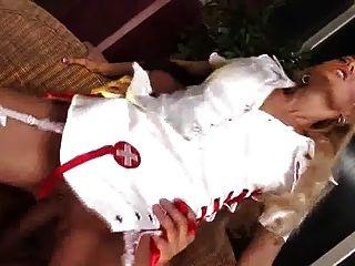 英國金發蕩婦得到性交在白色絲襪