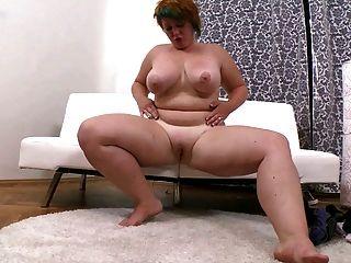 胖女孩與短頭自慰她剃光的陰道
