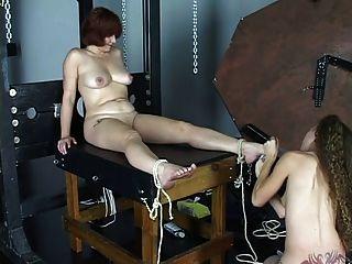 年輕的啦啦隊長佈魯內特喜歡綁她的女主人和吸她的腳