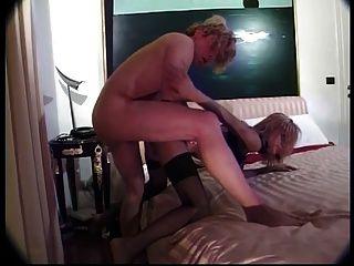 穿著黑色絲襪的熱金發碧眼的贓物吸一個大雞巴和得到性交