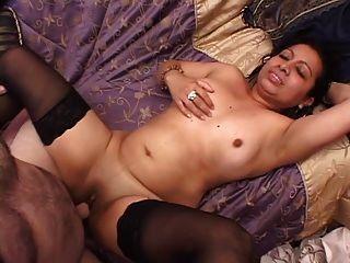 彎曲的拉丁美女得到她的陰戶鑽她的胸部負擔