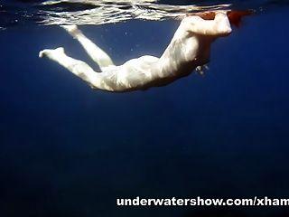逗人喜愛的nastya游泳裸體在海