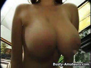 kathryn搖她的大乳房和手淫凸輪上