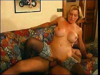 成熟milf他媽的肛門一個年輕人與大公雞在沙發