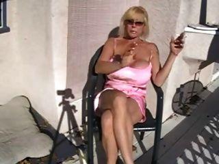熱的大乳房老婆婆抽煙和放鬆