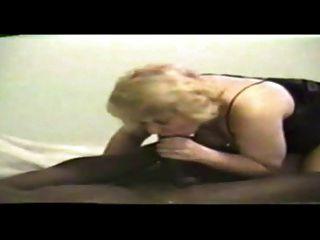金發媽媽吸一個大黑公雞